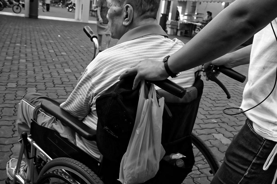 Figli badanti: almeno un milione assistono i genitori anziani